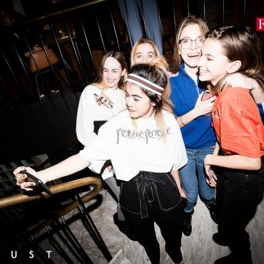 Эмили Арфуш с подругами